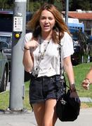http://img145.imagevenue.com/loc13/th_12438_Miley18_122_13lo.jpg